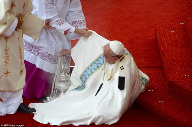 Pope Francis falls over during mass in Poland