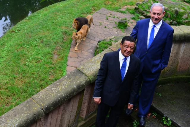 Netanyahu is impressed with the lions at the National Palace, Ethiopia