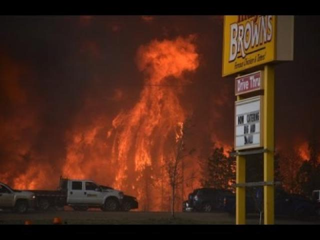 WildFire at Fort McMurray, Alberta, Canada Forces Mandatory Evacuation [Raw Footage]