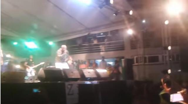 Abdu kiar Singing Zhwa Zhwe (ዥዋዥዌ) at Laphto mall Addis Ababa, 2016