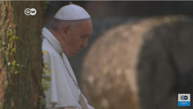 Pope takes silent walk through Auschwitz | DW News