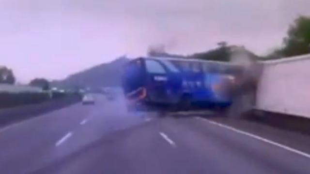 Shocking: Bus driver hard crash after reckless overtaking