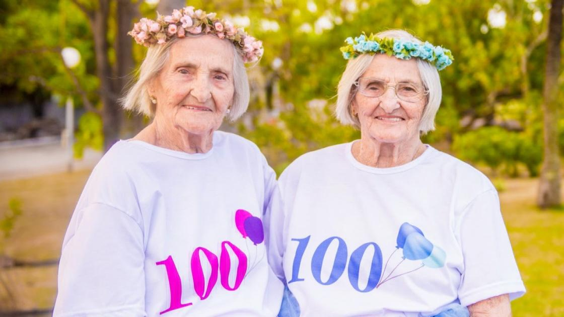 Twin Sisters Celebrate 100th Birthday With Cake And Crowns