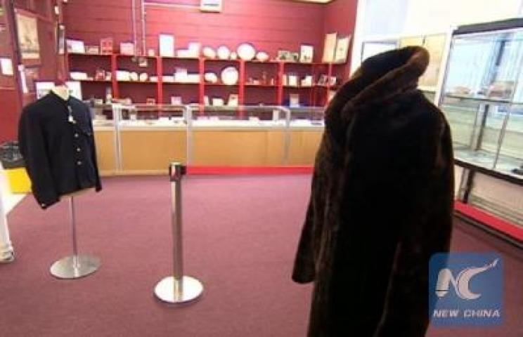 The jacket worn by Titanic survivor sold by 232000 dollars