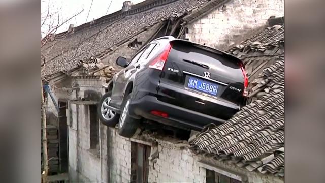 Footage: SUV crash - lands on 3 meter-high roof