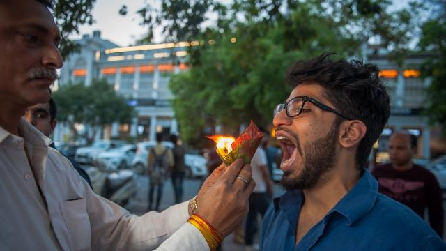 New Delhi Street Food Stall Serves Snacks On Fire: MAKING MAD
